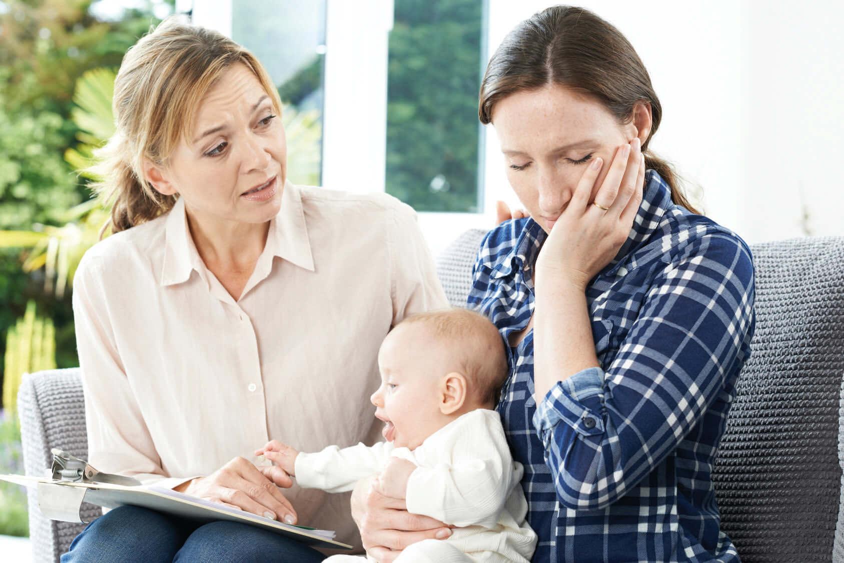 So vielfältig wie die Ursachen, so vielfältig sind auch die Hilfsmaßnahmen. Es gibt Selbsthilfe, professionelle Beratung, Psychotherapie, alternativ-medizinische und naturheilkundliche Therapien, Psychopharmakotherapien und stationäre Angebote an psychiatrischen Kliniken. – Eine Frau wendet sich hilfsbereit und einfühlsam einer erschöpften Mutter und ihrem Baby zu.